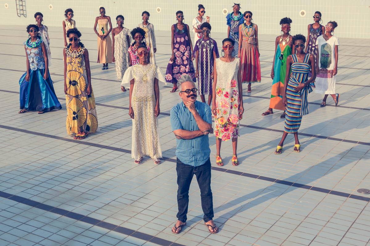 Ronaldo Fraga com as modelos em Angola