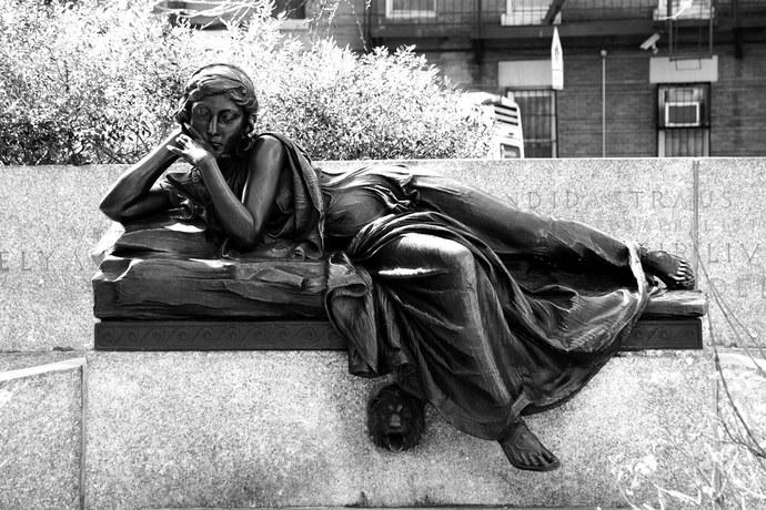 Audrey Munson na escultura na West End Avenue, em Nova York ©Reprodução