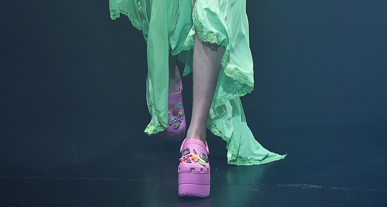 A parceria da Balenciaga com a marca americana crocs / Agência Fotosite