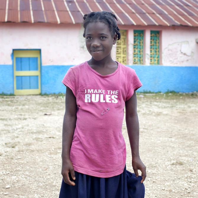 Foto do livro Pèpè, do fotógrafo Paolo Woods, que mostra a realidade das roupas de segunda mão no Haiti e o fato de ser cada vez mais difícil ver um haitiano usando algo que não foi usado anteriormente por um americano