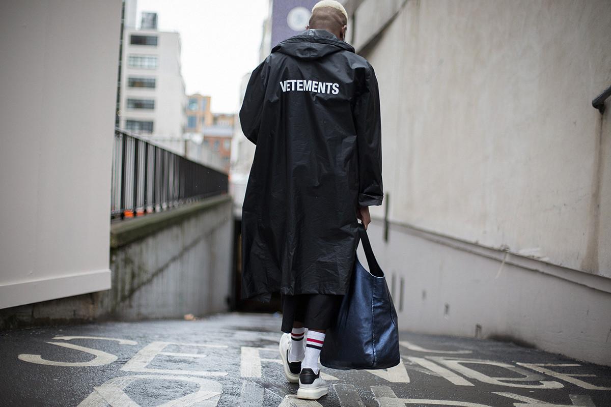 Casaco da Vetements em foto de streetstyle do Highsnobiety / Reprodução