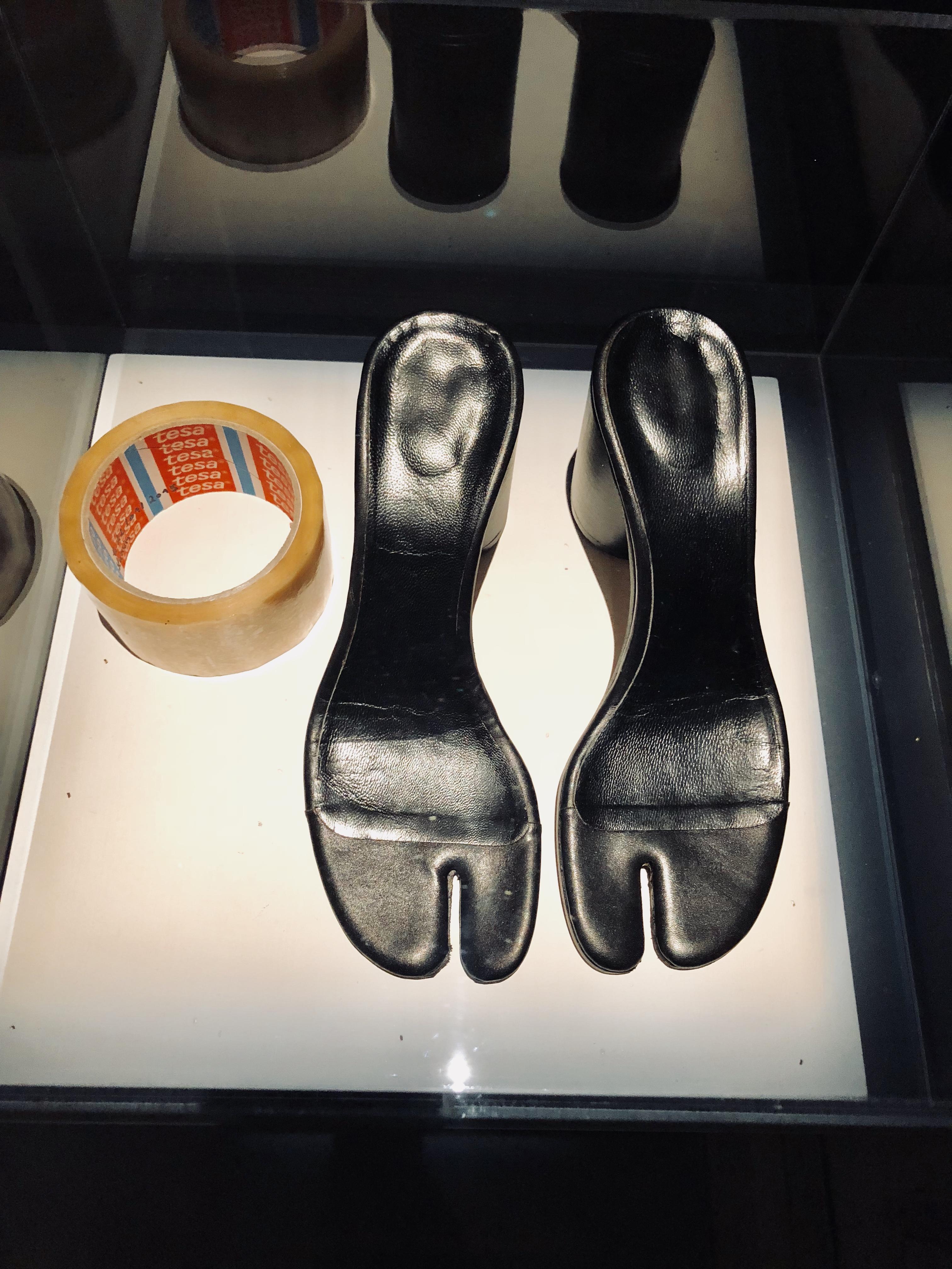 """o sapato """"tabi"""" com os dedos divididos, marca registrada da Margiela"""