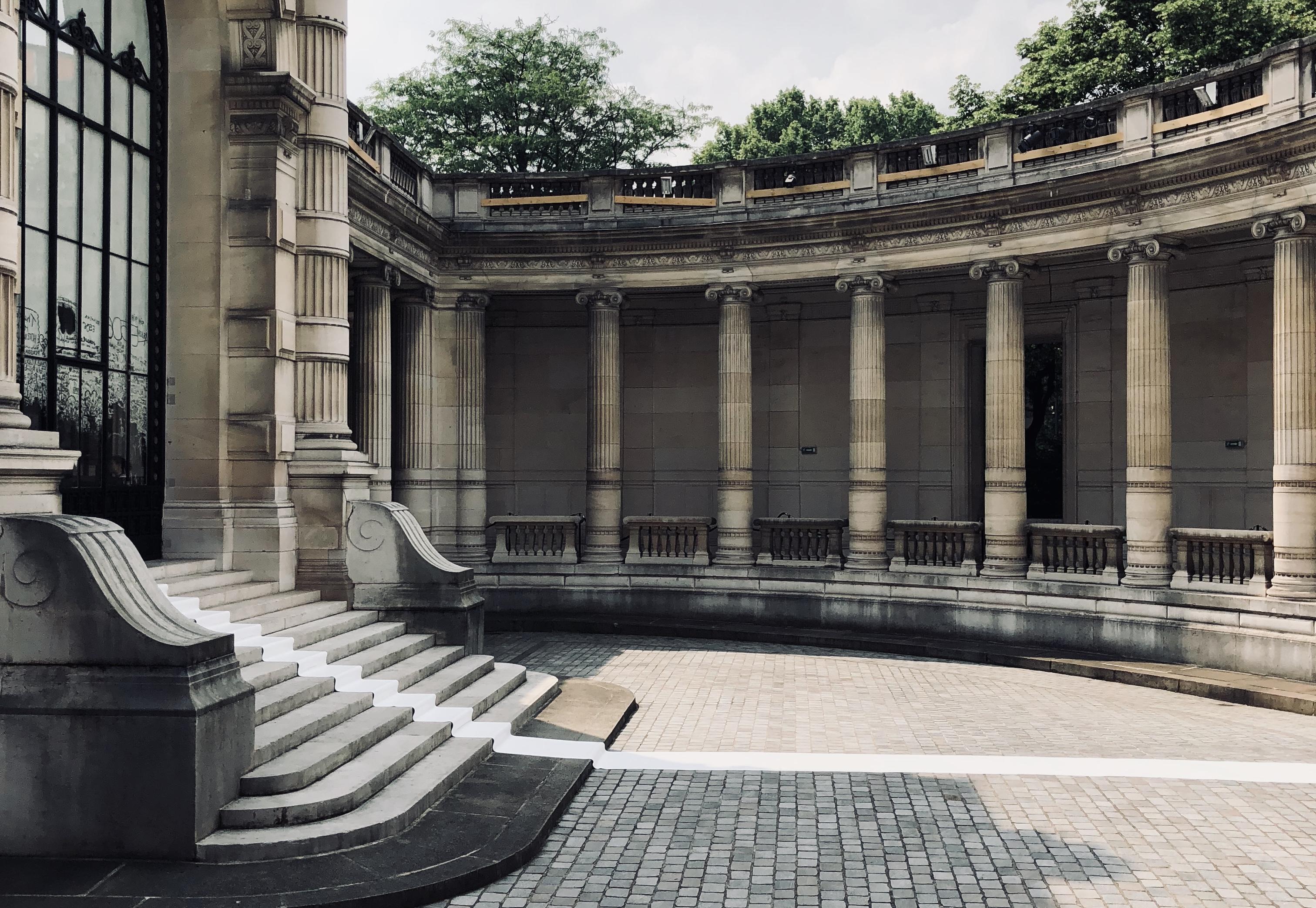 o tapete branco extendido na frente da entrada