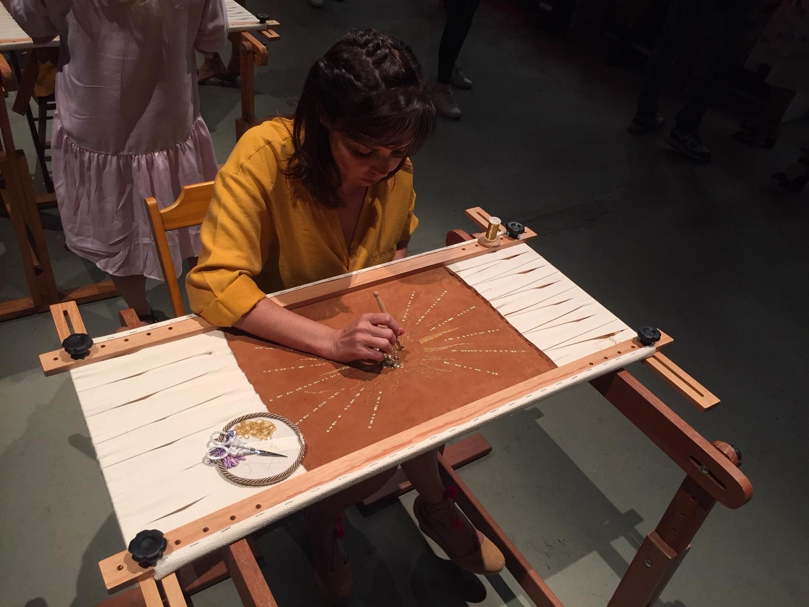 Meninas fazendo trabalho manual na passarela da Patricia Viera / Agência Fotosite