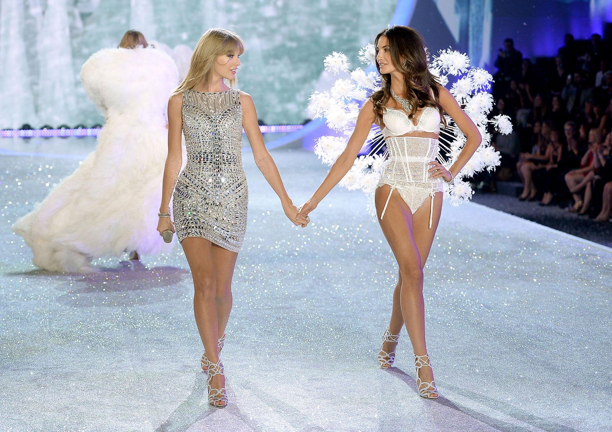 Taylor Swift e Lily Aldridge na passarela da Victoria's Secret ©Getty Images