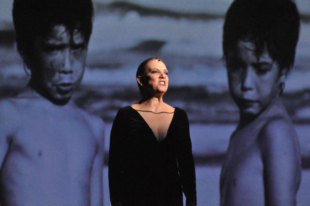 A premiada atriz Denise Del Vecchio em cena com figurino de Gloria Coelho ©Divulgação