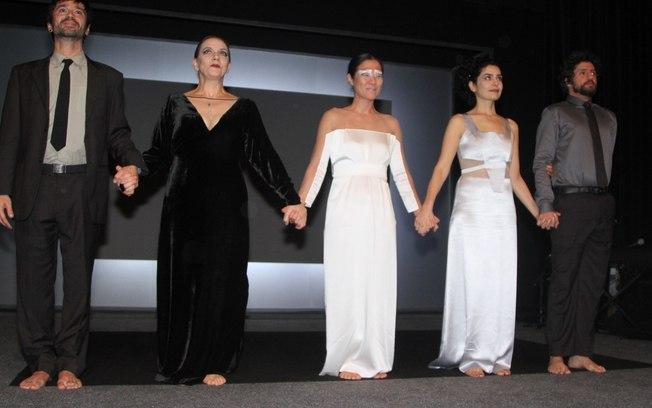 """O elenco da peça """"Trágica.3"""" no final do espetáculo ©Divulgação"""