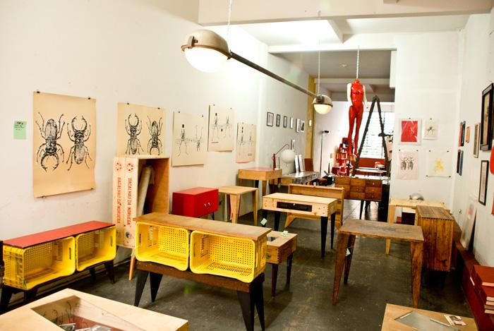 O andar de cima com as obras de Renato Larini