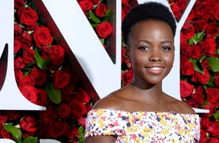 Lupita Nyong'o de Hugo Boss no red carpet do Tony Awards 2016 ©Reproduçãio