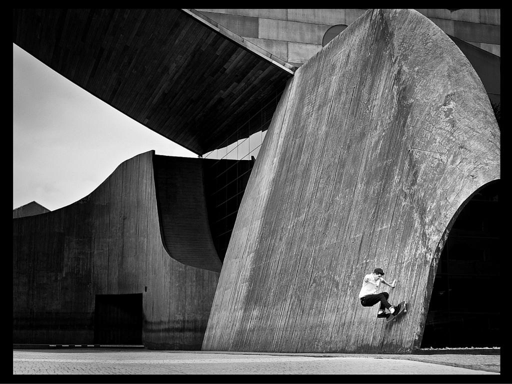 Auto-retrato de Fabiano Rodrigues em que fica evidente a relação do movimento das formas arquitetônicas com o skate ©Cortesia
