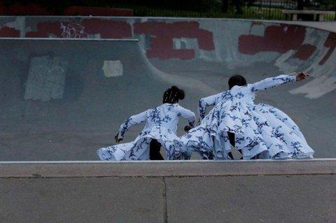 As skatistas com look Miu Miu ©Reprodução