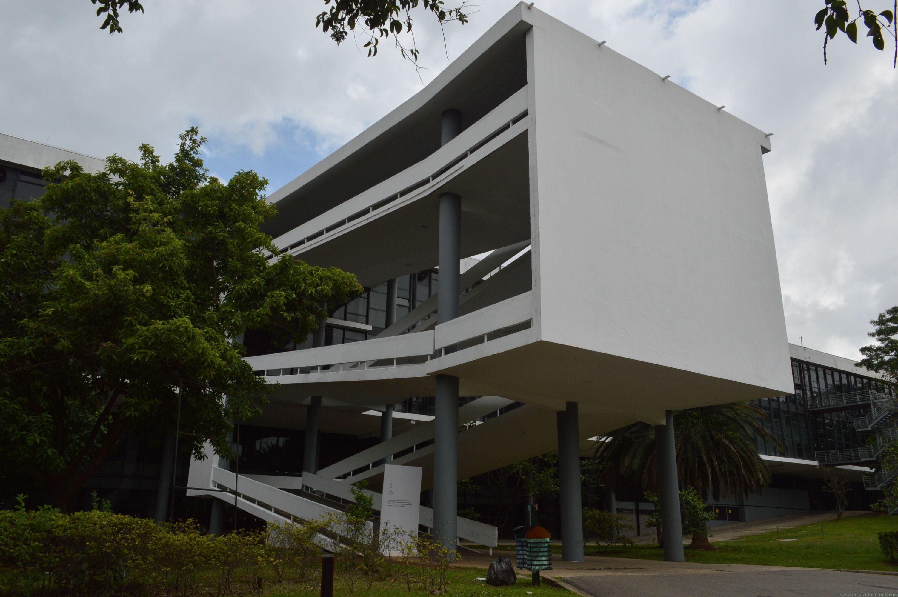 Detalhe do prédio da Bienal, onde acontece o evento, em plena conexão com a natureza ao redor