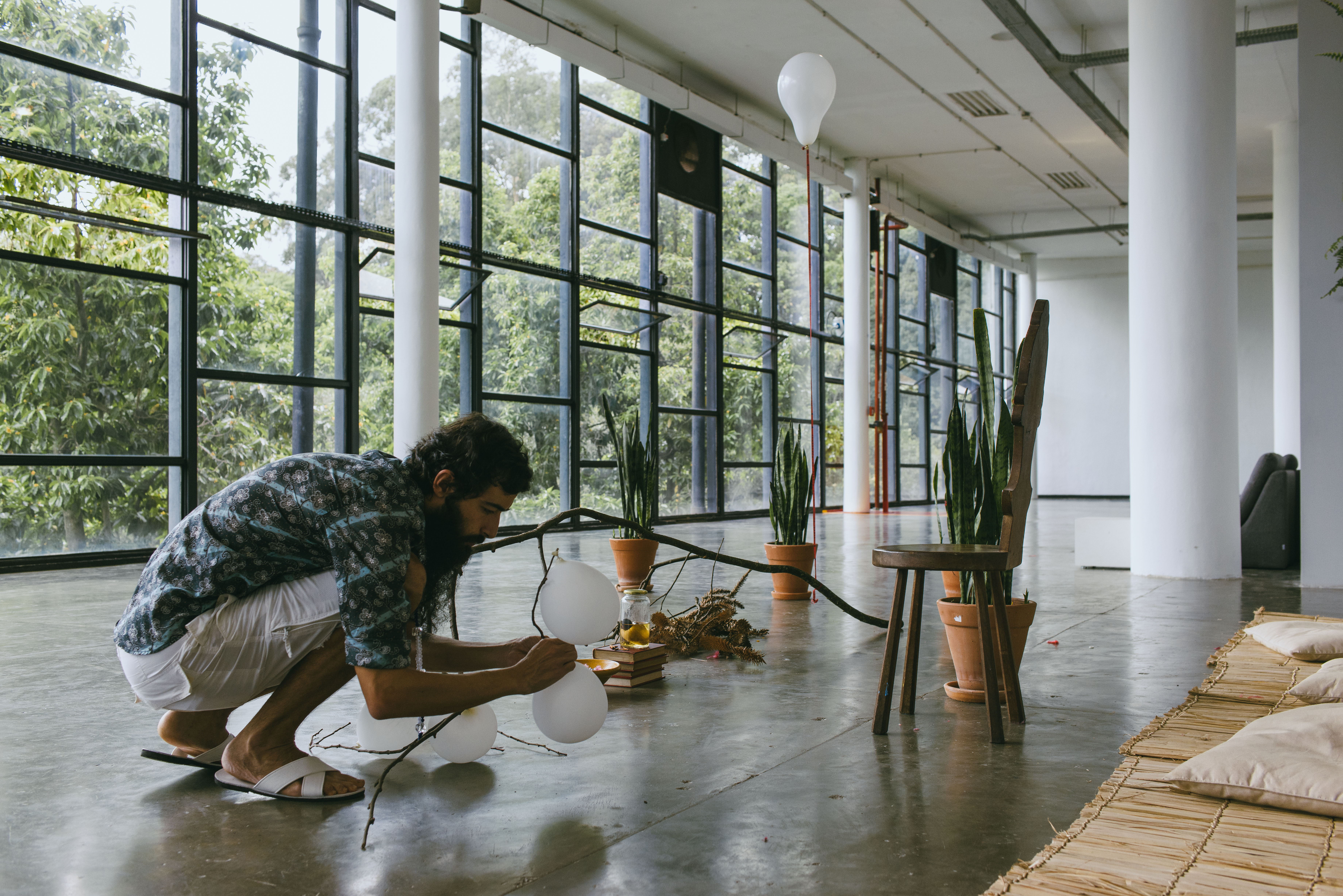 Performance de Arthur Scovino durante a última edição da Bienal, em 2014