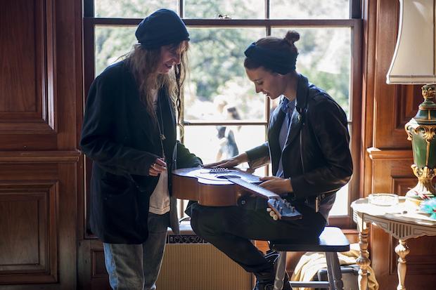 Patti Smith em cena com Rooney Mara em Song to Song ©reprodução