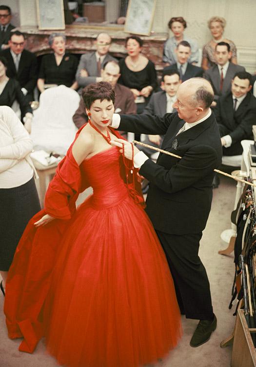 Christian Dior fazendo uma prova, 1954