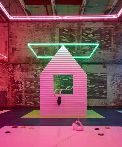 A instalação Free Roses, exibida no MASS MoCA, em janeiro/17