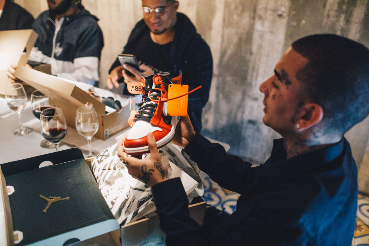MC Guimê com seu Air Jordan, parte da colab The Ten com Virgil Abloh