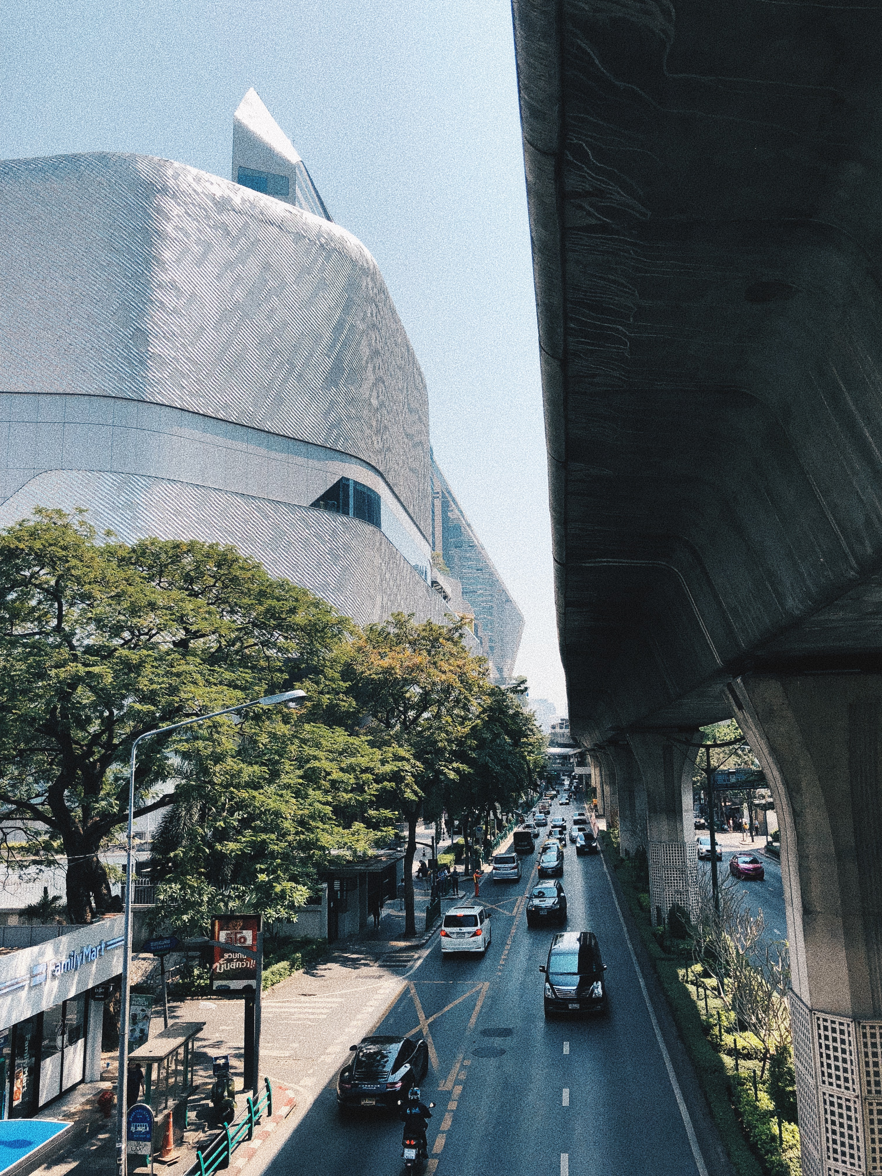 O Central Embassy e suas curvas futuristas à esquerda. Foto: Augusto Mariotti