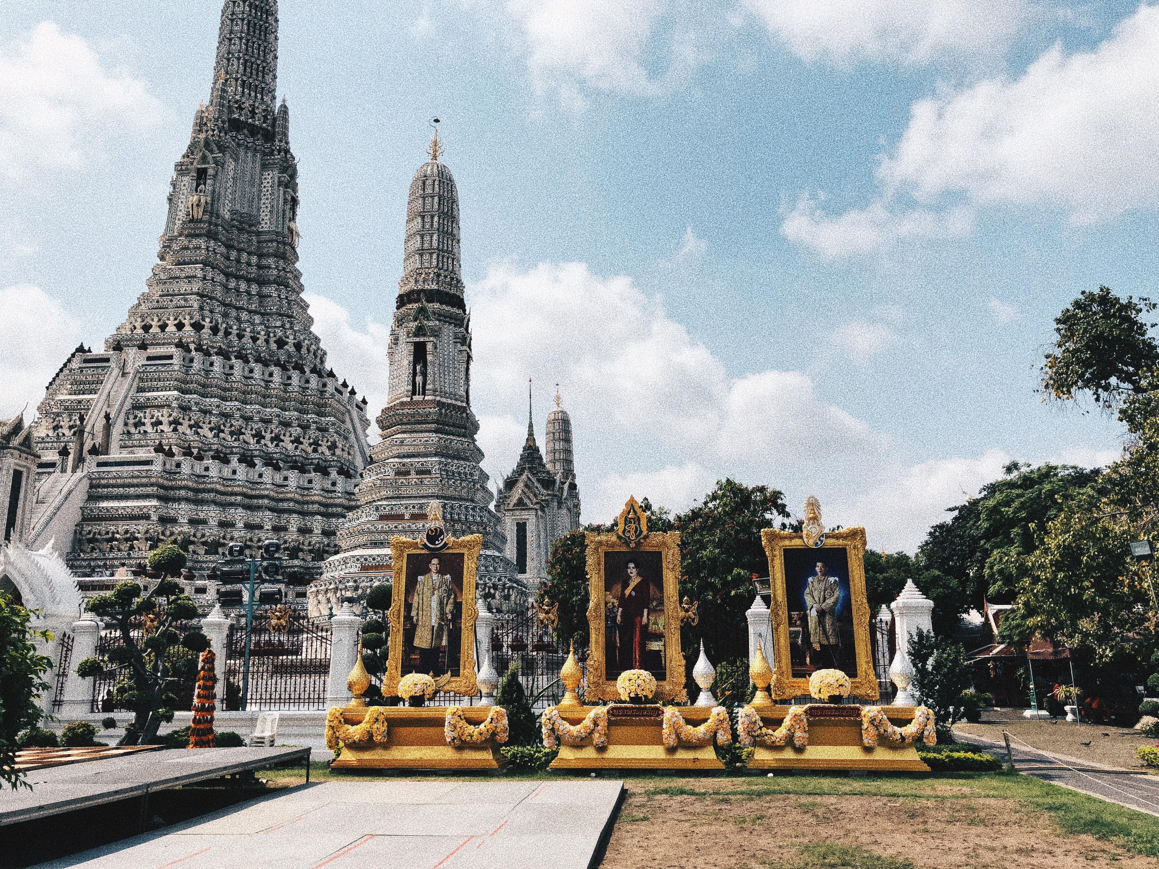 um dos muitos templos de Bangkok e as fotos da família real