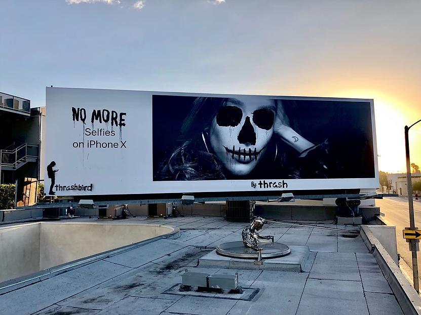 Divertida intervenção em propaganda da Apple ©Reprodução