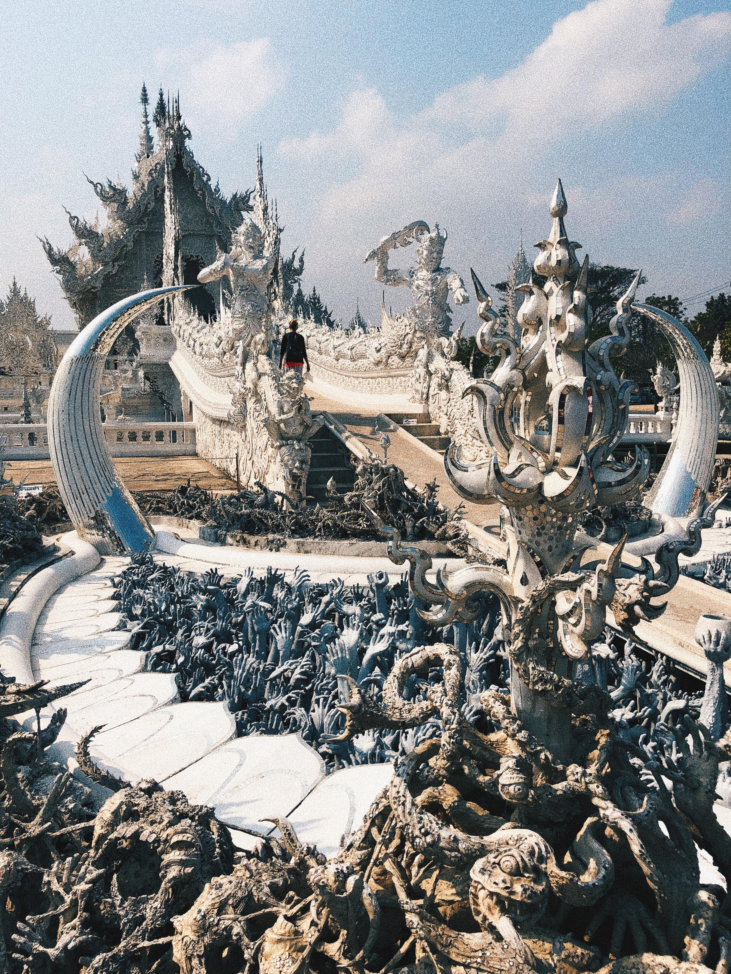 Caveiras e mãos na entradas do surrealista White Temple. Foto: Augusto Mariotti