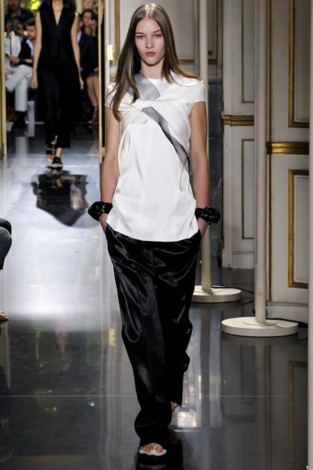 Galeria de Fotos Toque de Midas  entenda o que faz de Phoebe Philo a estilista  nº 1 do mundo hoje    Foto 5    Notícias    FFW 43d4d71a3e