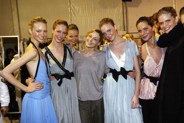 Toque de Midas  entenda o que faz de Phoebe Philo a estilista nº 1 do mundo  hoje. Phoebe Philo posa com modelos no desfile Inverno 2004 2005 da Chloé e4e57b2d48