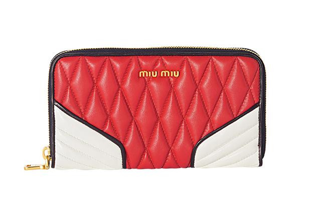 a77c3d29b46f1 Chegaram as carteiras da Miu Miu de inspiração biker  saiba onde comprar e  quanto custam. Carteira vermelha com branco (R  1.560)