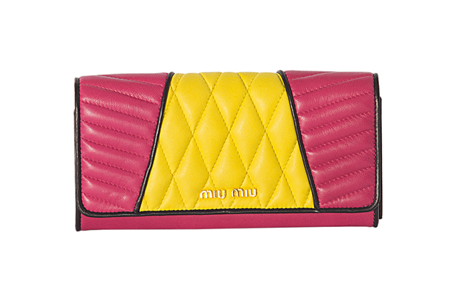 775ad3aa62fa3 Chegaram as carteiras da Miu Miu de inspiração biker  saiba onde comprar e  quanto custam. Carteira rosa com amarelo (R  1.560)