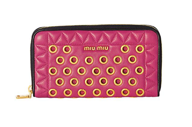 79a695aa55f5c Chegaram as carteiras da Miu Miu de inspiração biker  saiba onde comprar e  quanto custam. Carteira rosa com ilhós dourado (R  1.650)