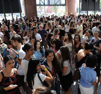 03925f85c98 Mais de mil pessoas fazem fila na abertura da primeira Forever 21 no Brasil   veja peças e preços    Notícias    FFW