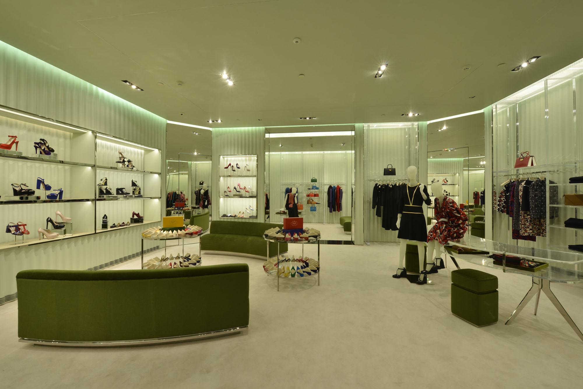 f2c71af18 Galeria de Fotos Por dentro da nova loja da Prada no shopping Cidade Jardim  em SP // Foto 4 // Notícias // FFW