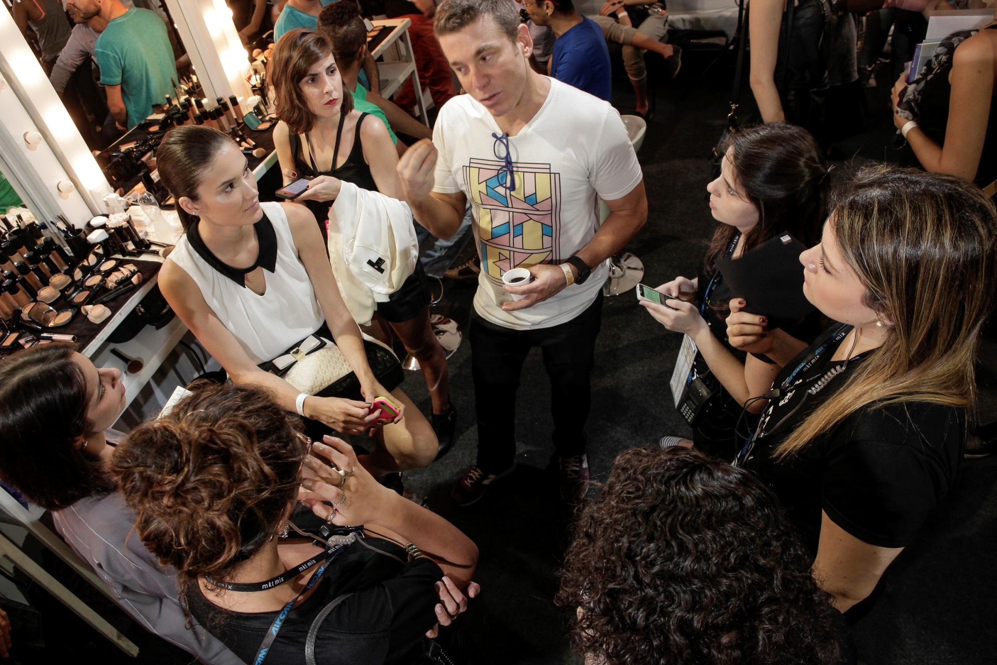 Marcos Costa conversa com os jornalistas antes do desfile da UMA ©Agência Fotosite