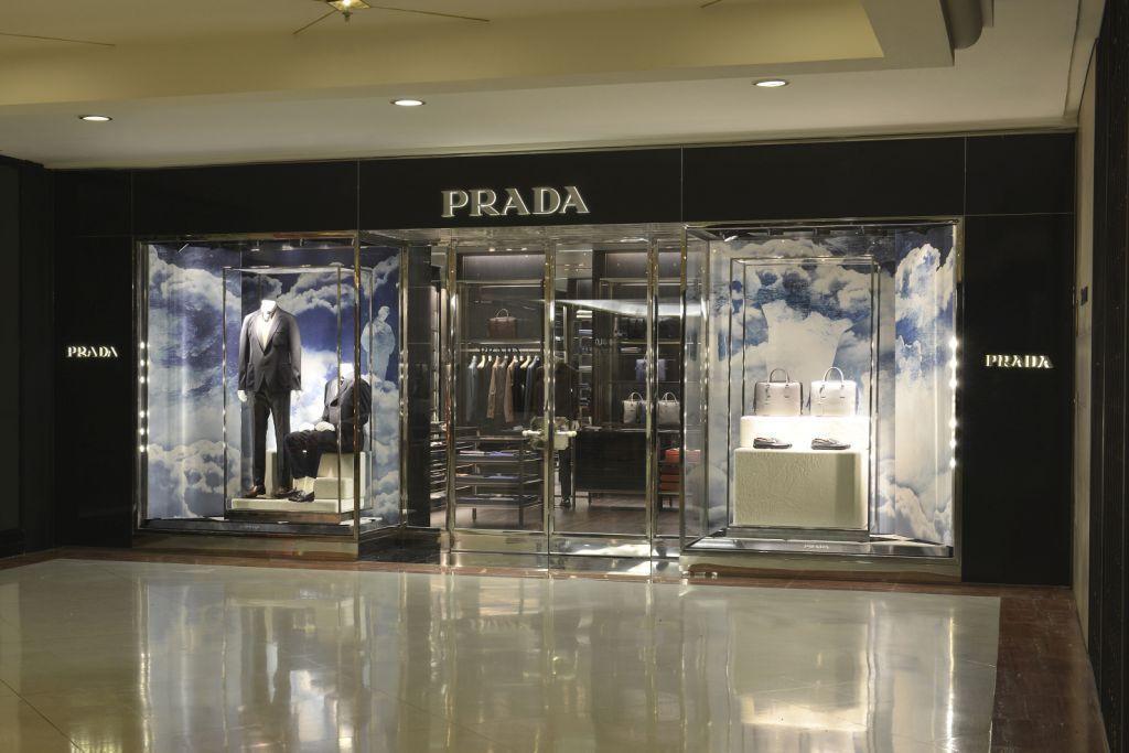 A Prada abre sua primeira loja exclusivamente dedicada à moda masculina no  Brasil ©Divulgação 83b6693a94
