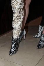 1eb043e38 Foco nos pés: detalhes como bordados, aplicações e estampas deixam os  sapatos ricos e