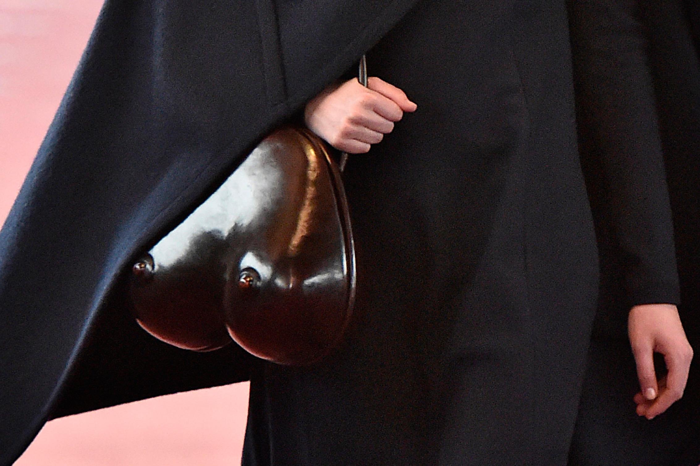 Acessorios-semana-de-moda-de-Paris-inusitados-bolsa-seio-christophe-lemaire