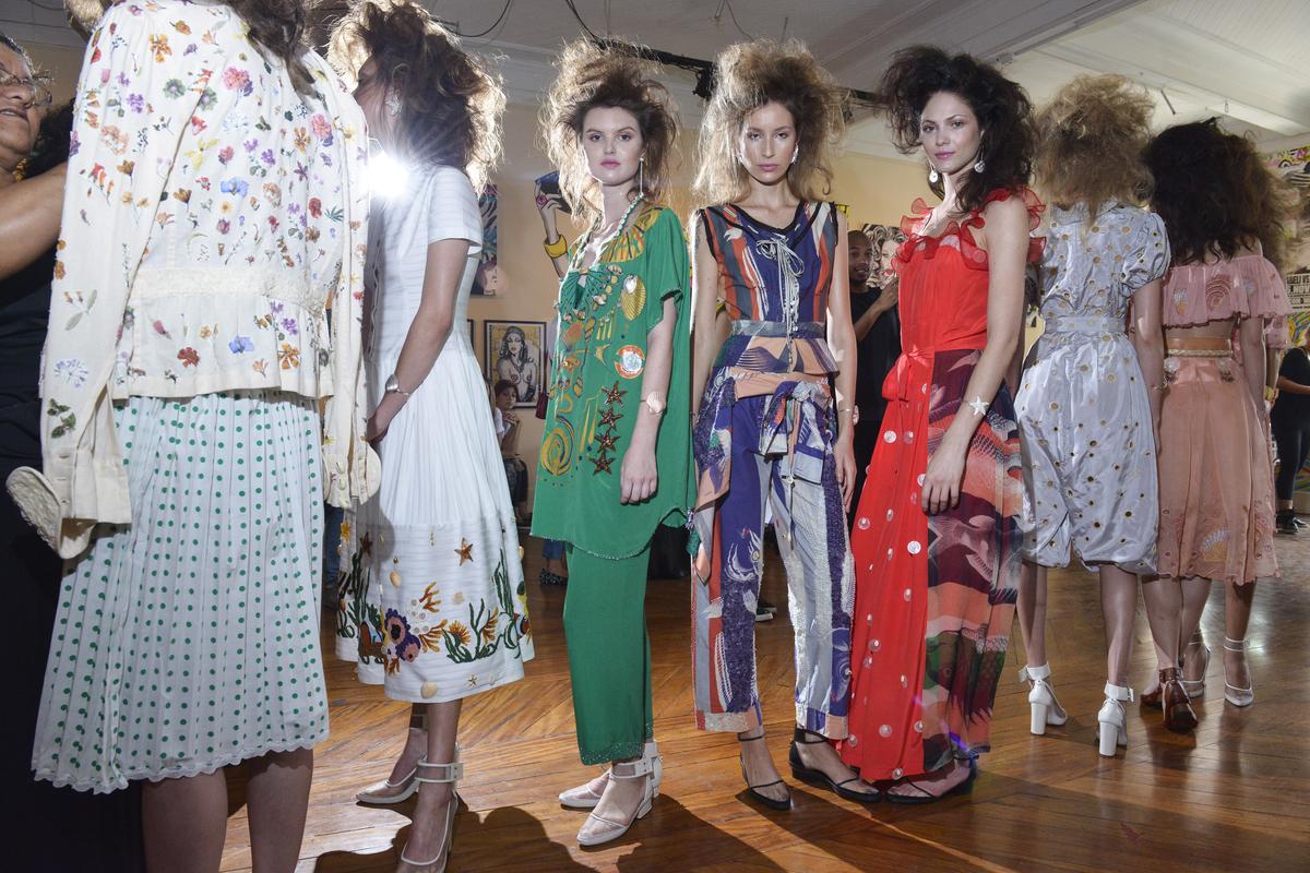 Modelos no backstage de Isabela Capeto ©Sergio Caddah/Agência Fotosite
