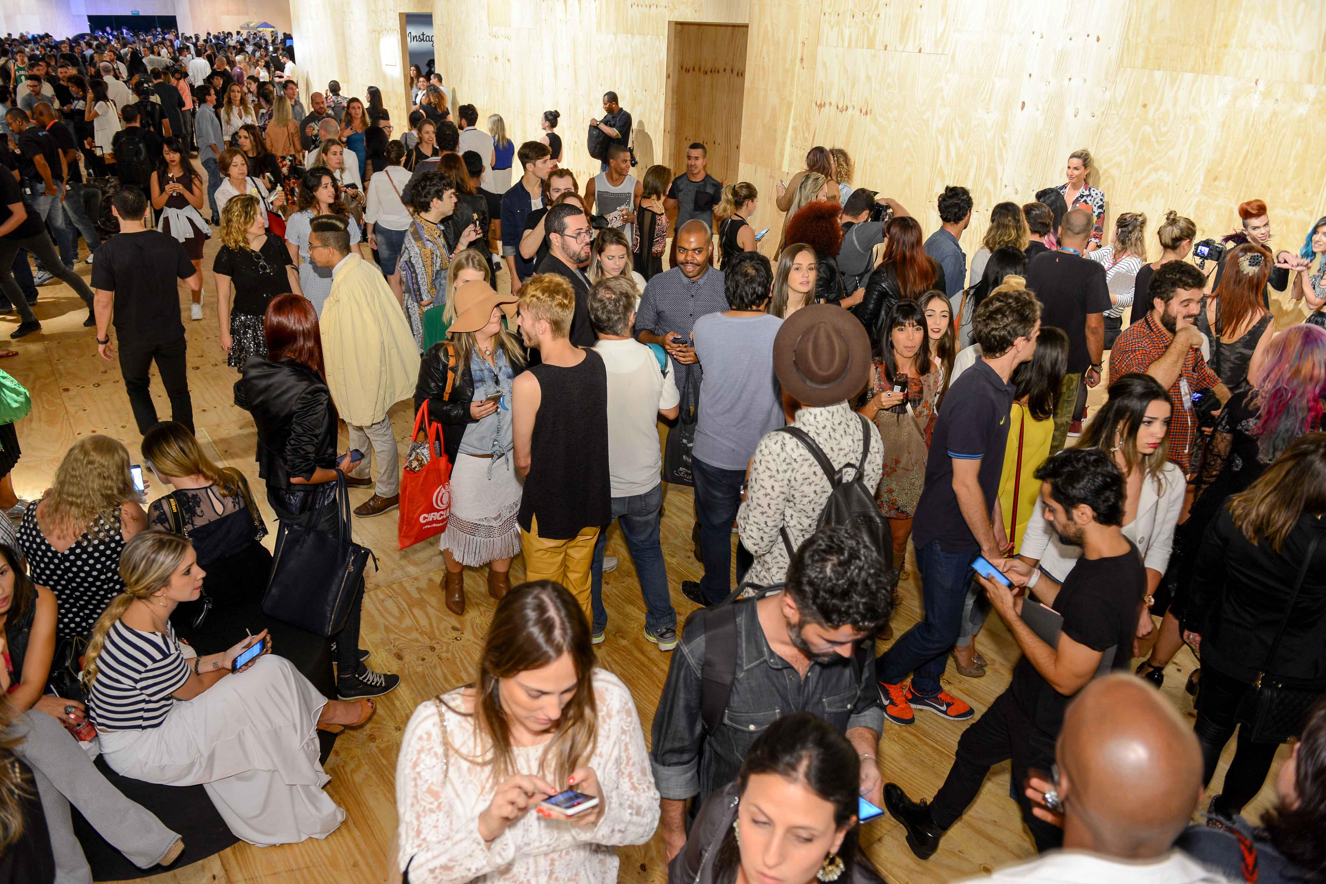 Corredores lotados no terceiro dia de SPFW por causa da despedida da Gisela ©Agência Fotosite