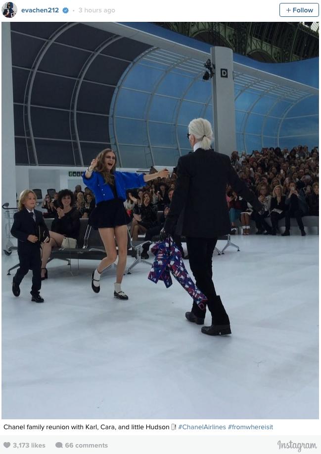 Cara Delevingne encontra Karl Lagerfeld para os agradecimentos finais