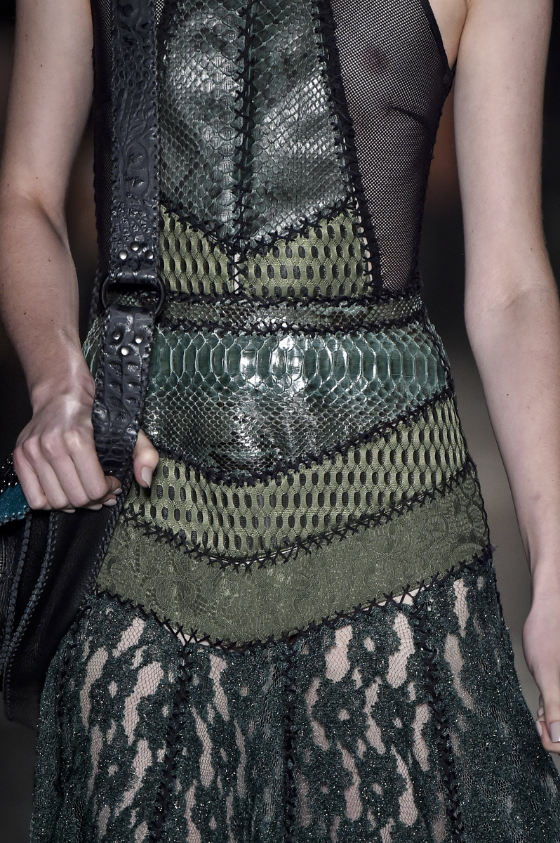 Os vestidos são feitos em pedaços de diferentes materiais e depois costurado com ponto cruz