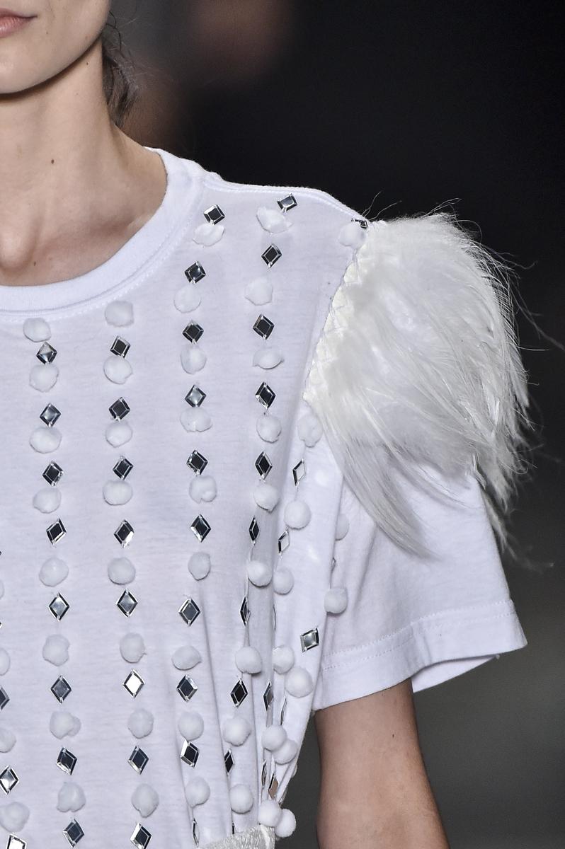 T-shirt bordada e com franjas de pelo