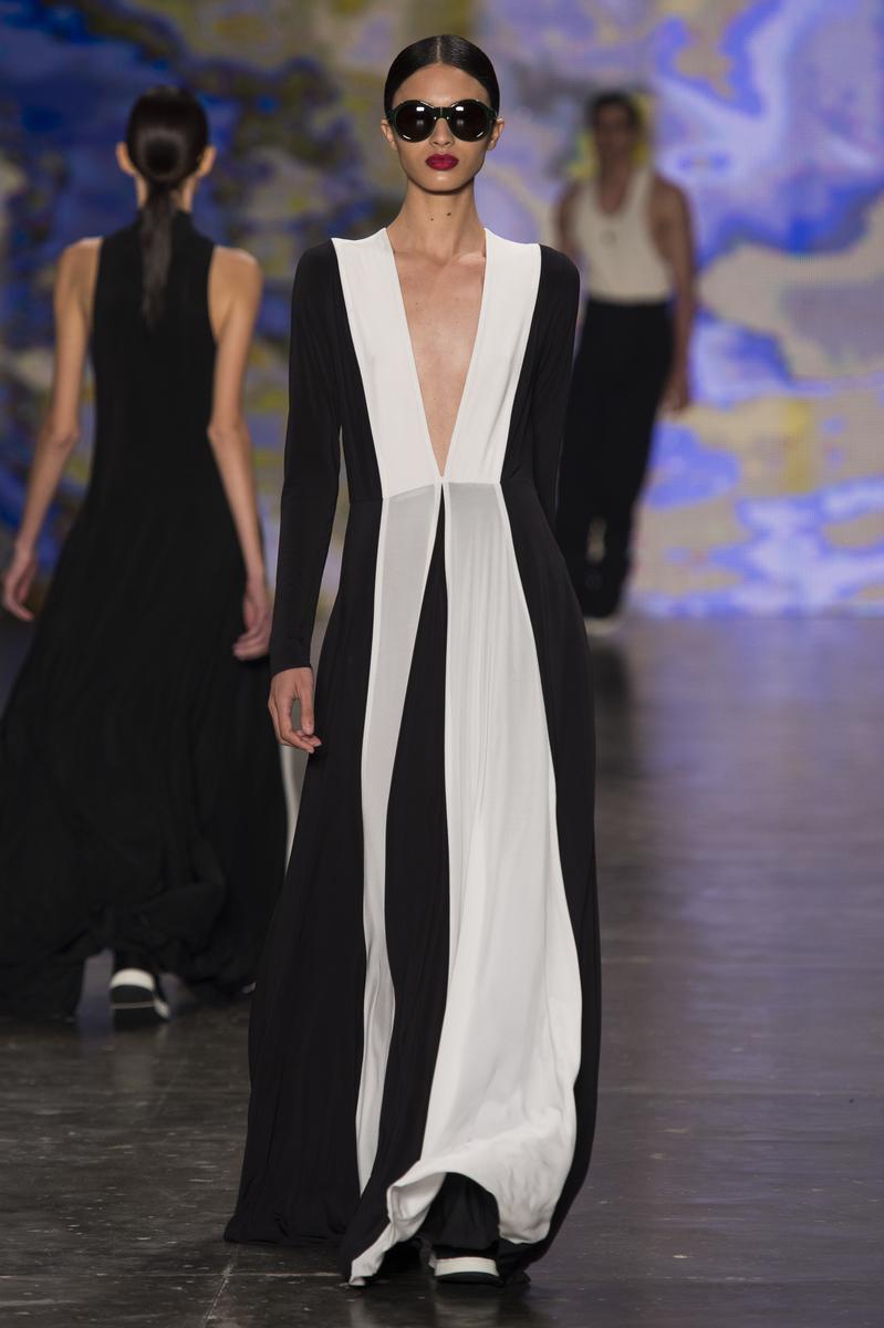 Vestido preto e branco destaque da coleção