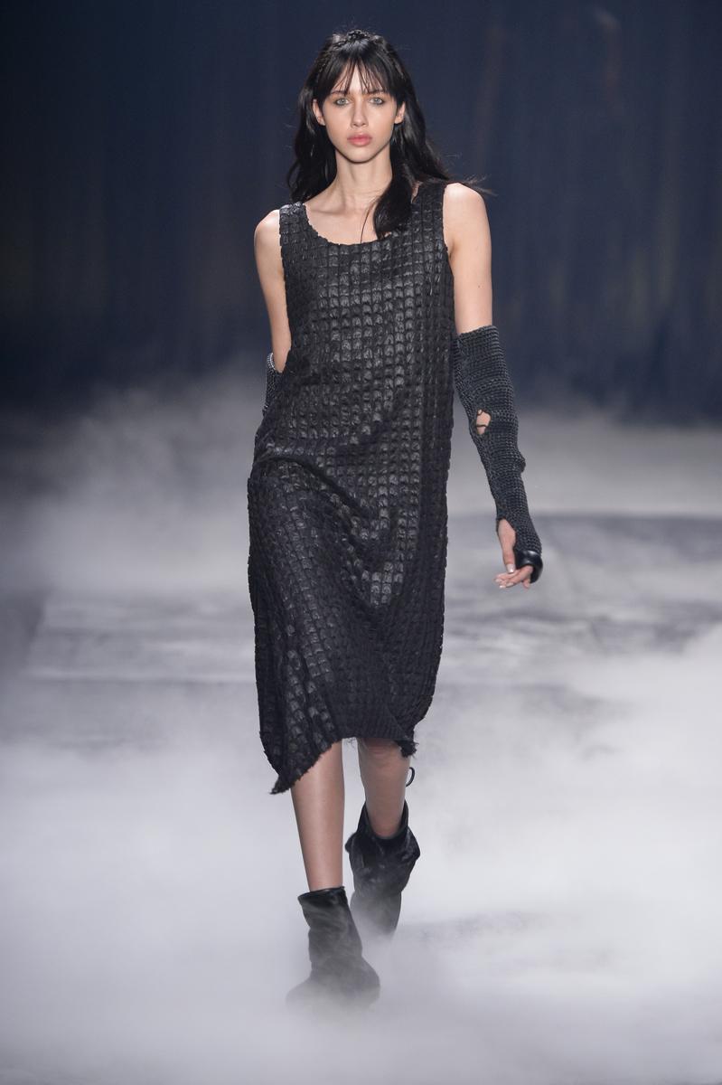 Vestido minimalista com barra assimétrica e textura