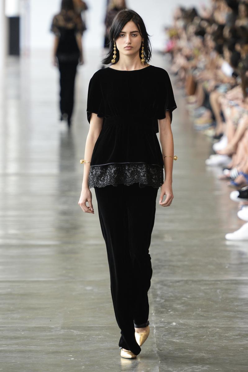 O conjunto de calça e blusa de veludo preto, destaque da primeira série do desfile, inspirada nas noivas do Minho