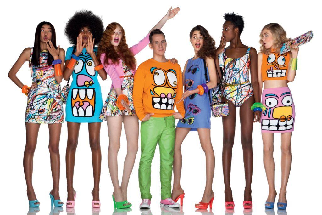 Jeremy Scott e modelos usando peças da coleção do estilista para a Melissa