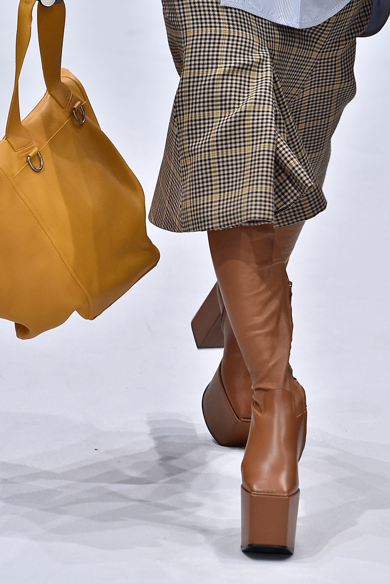 As megaplataformas das botas reforçam o time dos maxiacessórios bem-humorados da coleção ©AGÊNCIA FOTOSITE