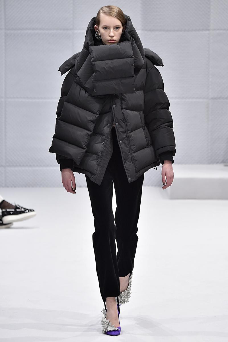 A jaqueta utilitária matelassada estufada recria, numa versão totalmente streetwear contemporânea inteligente, o volume arredondado e arquitetônico de Cristóval Balenciaga ©AGÊNCIA FOTOSITE