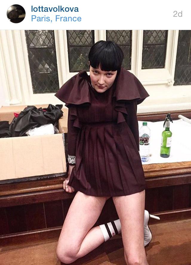 Stylist e amiga de Demna - ela abriu o desfile da Vetements - Lotta Volkova assinou o styling da Balenciaga ©AGÊNCIA FOTOSITE