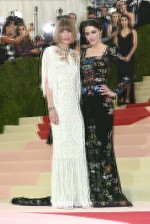 Anna Wintour de Chanel e Bee Shaffer de McQueen