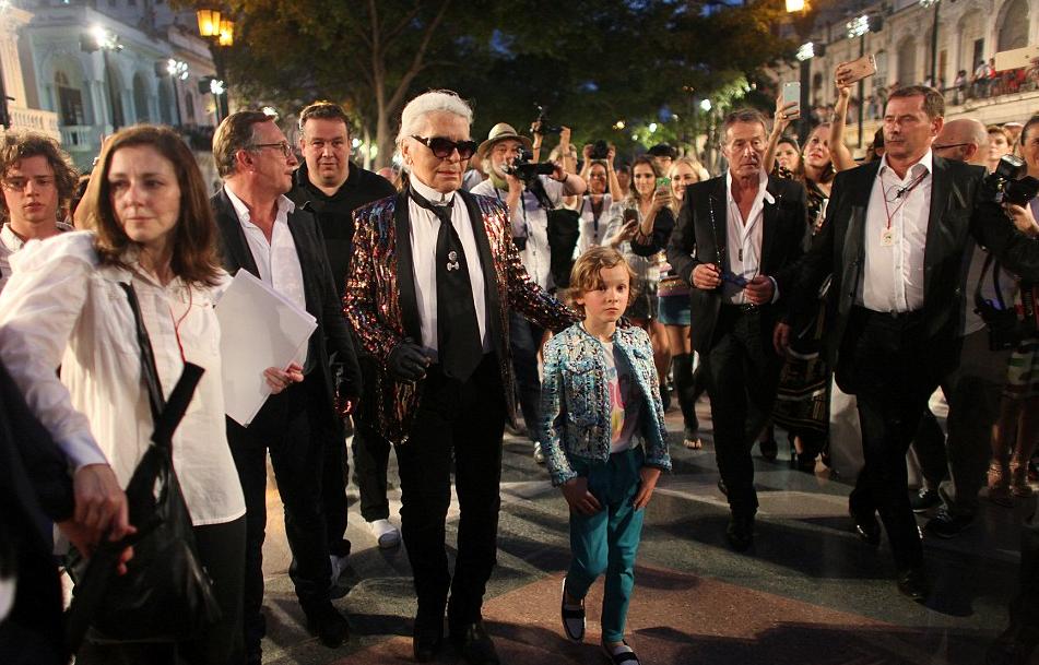 Karl acompanhado de Bruno Pavlov, diretor de moda da Chanel, e seu afilhado Hudson